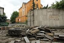 Zbytky památníku v Podbořanech.