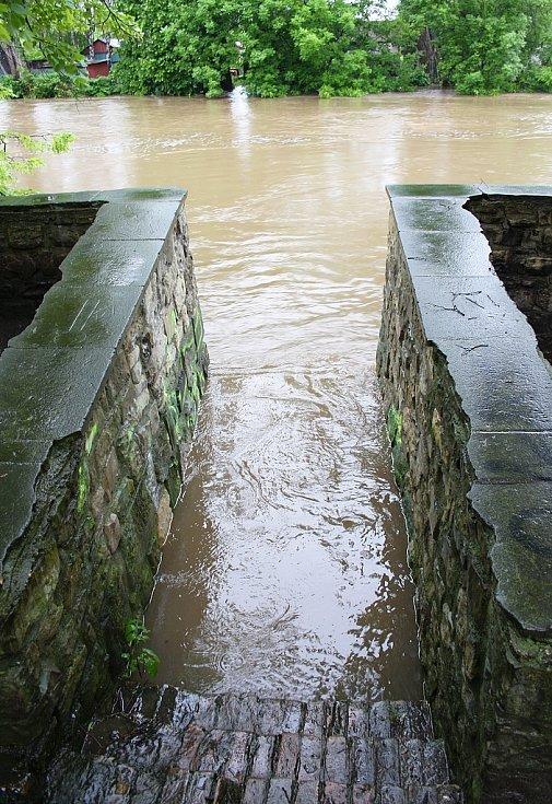 Rozvodněná Ohře v Lounech 4. 6. 2013. Schody k řece u loutkového divadla
