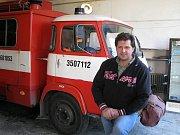 Miroslav Šponiar u jednoho z vozů SDH Cítoliby
