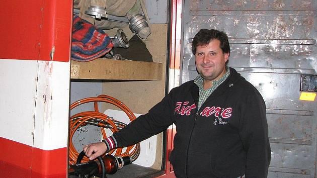 Miroslav Šponiar kontroluje vybavení hasičů v jednom z vozů.