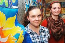 Markéta Vladyková (vlevo) a Barbora Hloušková jsou mezi autorkami nové výstavy v žatecké Sladovně.