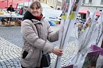 Jana Ulmová prodává ovocné stromky na trzích, které se v pátek konaly na náměstí Svobody v Žatci.