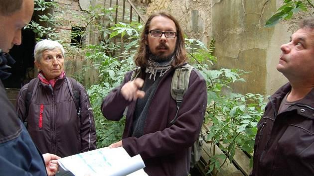 Historik Miroslav Nový (uprostřed) popisuje v zarostlém dvoře renesanční sladovny, v čem je pro město tak významná. Dokumenty mu přidržuje projektant Petr Bažant.