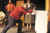 Herci terezínského Divadla Tma vyhráli regionální kolo Lounské divadlení. Zleva Martin Soudský,  František Hos a Alice Kundrátová.