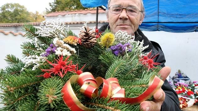 Jiří Hartwich prodává dušičkové věnce k ozdobení hrobů zájemcům v Žatci.