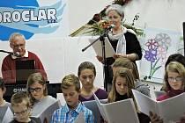 Pěvecký sbor Carmen ZUŠ Louny zpívá společně s Táňou Fischerovou a Danielem Dobiášem.