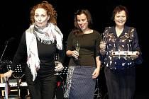 Markéta Hrubešová (vlevo) a dámy ze ZUŠ Louny na křtu knížky Děti dětem.