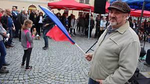 V Lounech proti Babišovi a spol. protestovaly téměř dvě stovky lidí.