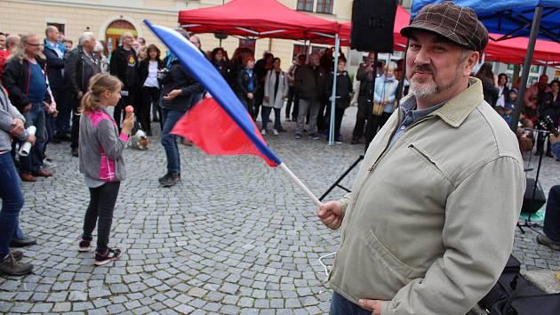 Téměř dvě stovky lidí v Lounech protestovaly proti Babišovi a spol.