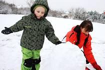 Renata Herinková staví sněhuláka se synem Honzíkem