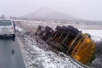 Kamion u Libčevsi přerazil svodidla a převrátil se do příkopu