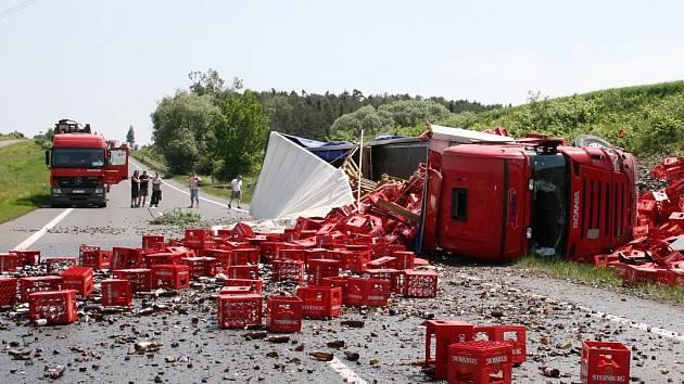 Nehoda kamionu na hlavním tahu na Prahu u Panenského Týnce.