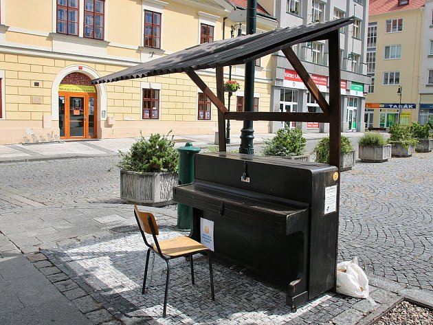 Piano v Lounech se přesunulo na Mírové náměstí naproti knihovně
