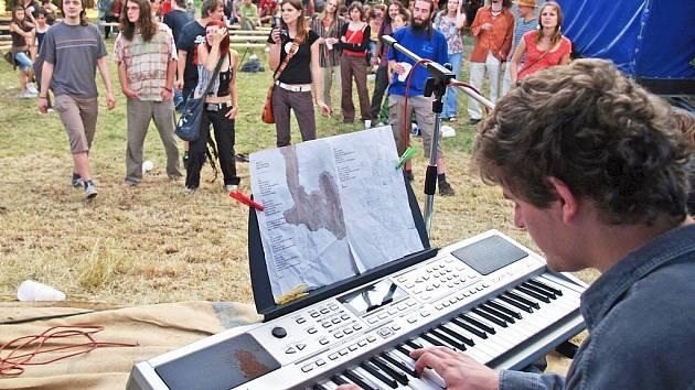 Návštěvníci Pospolifestu v Žatci poslouchají vystoupení kapely Furt Rovně.