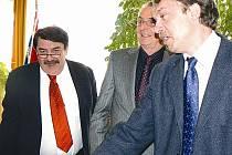 Otokar Löbl, Adalbert Reiff a starosta Postoloprt Miroslav Hylák (zleva doprava) při čtvrteční schůzce.