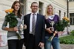 Karolína (vlevo) a Kristýna Plíškovy na archivním snímku při prvním přijetí na lounské radnici v roce 2010. Přivítal je tehdejší starosta Jan Kerner