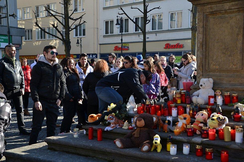 Po smrti ani ne tříletého chlapce proběhly v Lounech pietní akce a pochody proti násilí na dětech