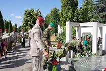 Vojáci ze žateckého 41. mechanizovaného praporu si připomněli památku Davida Beneše na hřbitově v Chomutově.
