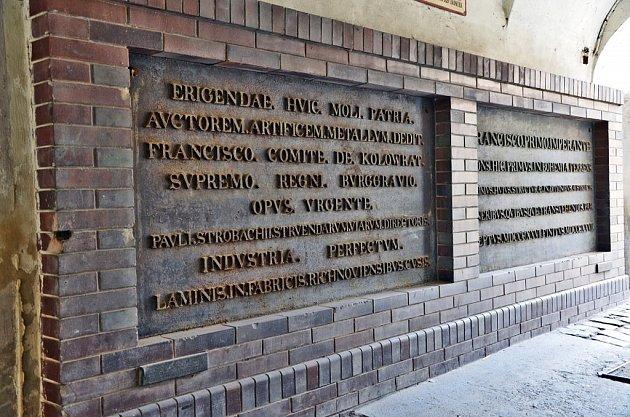 Pamětní tabule vprůchodu usídla městské policie.