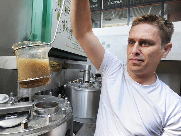 Jan Hervert, sládek minipivovaru v Chmelařském institutu v Žatci, pracuje ve varně.