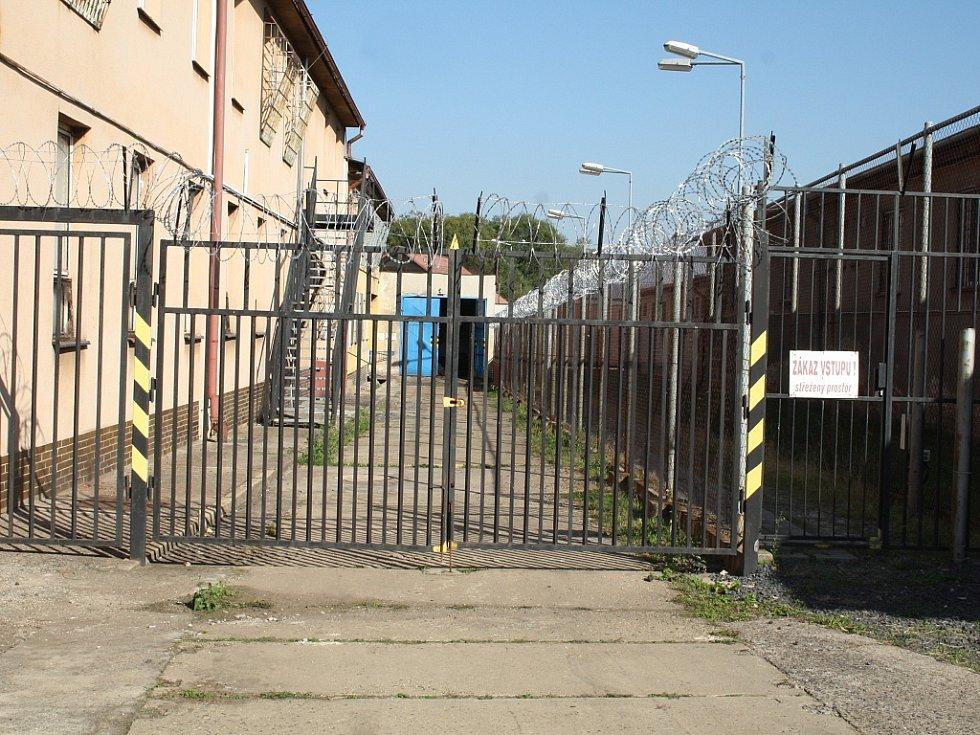 Objekt je obehnán plotem s žiletkovým drátem. Ještě nedávno sloužil jako věznice