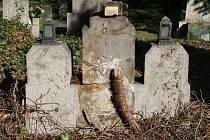 Během prací bylo několik náhrobků poškozeno