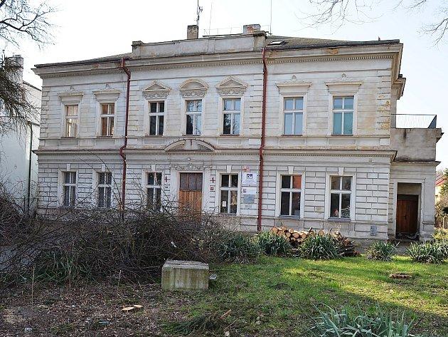 Budova bývalé obchodní akademie vLounech.