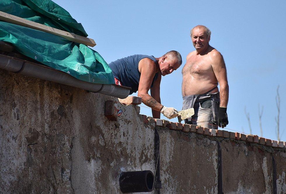 Tři týdny po ničivé bouři je ve Stebně uklizeno. Opravy ale potrvají ještě dlouho, řada domů má střechy zatím jen provizorně zakryté.