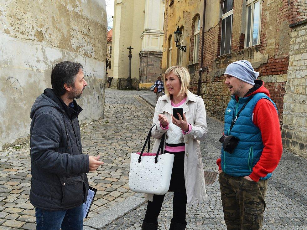 Žatečtí filmaři opět točí, tentokrát v ulicích města vzniká krátký snímek do celosvětové soutěže Nespresso talents. Na snímku vpravo Lukáš Šimandl.