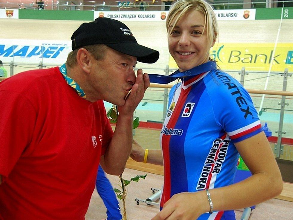 Bronzovou medaili ze závodu ve stíhačce, kterou na ME v Polsku v roce 2008 vybojovala česká juniorka Lucie Záleská z Blšan, líbá manažer týmu Lucas Frames Blšany a otec Lucie Pavel Záleský.