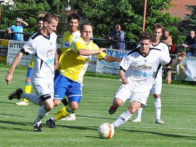 Útok dvou lounských fotbalistů (v bílém), Tomáše Kyncla a Michala Lesniaka, na poslední chvilku soupeři zastavili.
