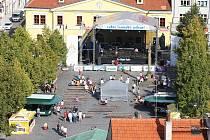 Mírové náměstí s hlavní scénou pohledem z věže chrámu sv. Mikuláše pár hodin po poledni