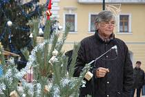 Jiří Bartoška se připravuje na natáčení pod žateckým vánočním stromem.