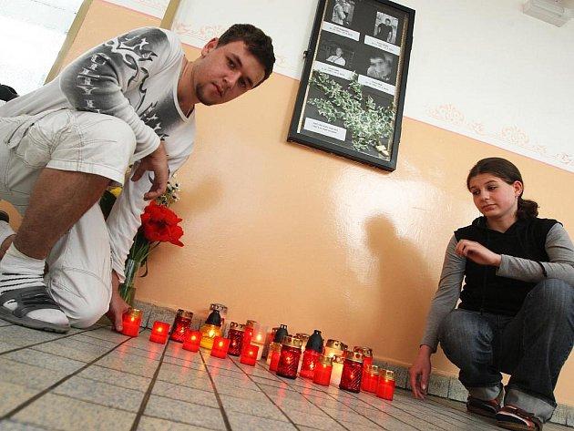 Ve škole vzniklo malé pietní místo s fotografiemi čtyř chlapců, spolužáci k nim nosí svíčky a květiny