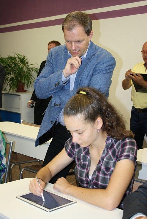 Ministr školství Marcel Chládek sleduje práci dětí na nových tabletech