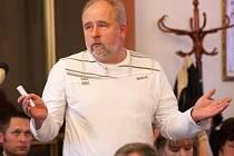 MUDr. Zdeněk Bergl, ředitel žatecké nemocnice, hovoří na zasedání zastupitelů 8. dubna 2009.
