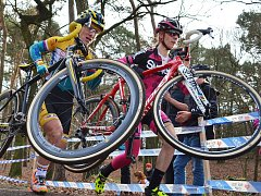 Mistrovství republiky žen a mládeže v cyklokrosu se jelo v Milovicích. Ženy – Pavla Havlíková a Martina Mikulášková (v růžovém)