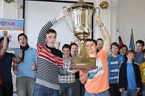 Jan Zíka (vlevo) ze třídy 2.A/4 a Miloš David ze třídy 3.A/4 lounského gymnázia drží pohár pro vítěze celostátní soutěže Eurorebus.
