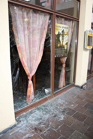 Rozbitá okna restaurace Formanka po bitce