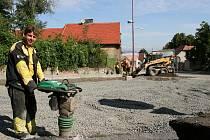 Petr  Vlasák  pracuje  na  opravě  povrchu  silnice  v  Líšťanech. Ta je součástí úseku Louny - Ročov na hlavním tahu Louny - Rakovník.