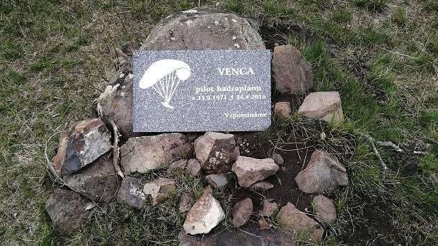 Tragédii na kopci v Rané u Loun připomíná malý pomníček.