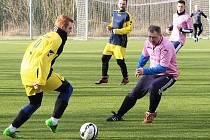 Fotbalisté Nového Sedla (v růžových dresech) porazili Cítoliby 3:2.