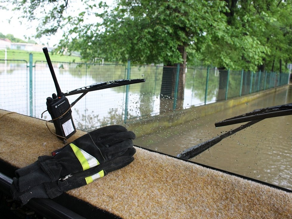 Rozvodněná Ohře v Lounech 4. 6. 2013. Ze silnice podél hřiště u ZŠ P. Holého k baseballovému stadionu se stala řeka. Pokus projet vzdali i dobroměřičtí dobrovolní hasiči