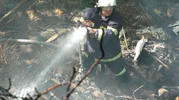 Hasiči likvidují požár v žatecké lokalitě V Ráji.
