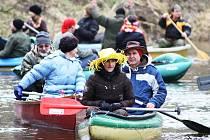 Třicítka vodáků se vydala na novoroční sjezd Ohře z Března u Loun do Loun