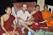 Hodina angličtiny a povídání s mnichy v buddhistickém klášteře v Kambodži.
