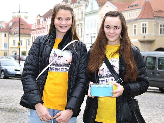 Studentky gymnázia Rita Došková a Simona Vacková nabízejí na náměstí magnetky s emblémem školy.