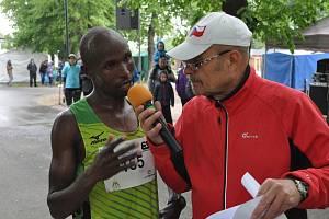 Vítěz silničního běhu na 15 kilometrů, Tuei Hosea kiplagat  z Keni v rozhovoru s Radovanem Šabatou.