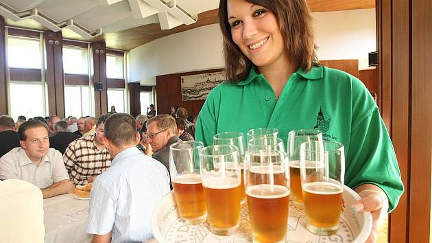 Degustace piv v žateckém Chmelařském institutu.