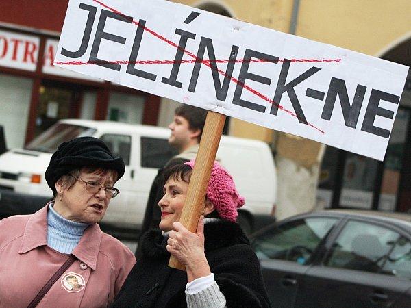 Demonstrace na náměstí Svobody za odstoupení nového žateckého starosty Aleše Jelínka